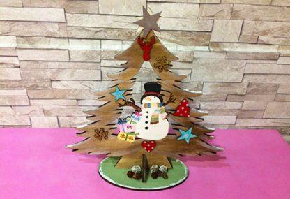 Árbol de madera con detalles navideños